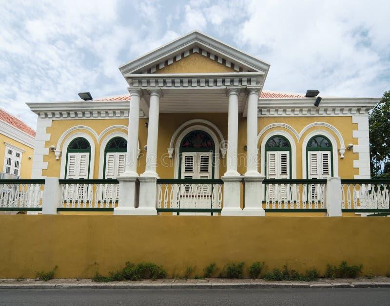 Arquitectura colonial coloreada amarillo en Willemstad, Curaçao foto de archivo