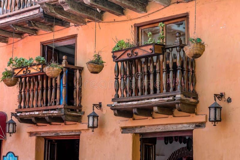 Arquitectura colonial del estilo en la ciudad vieja Cartagena, Colombia imagenes de archivo
