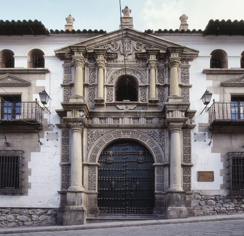 Arquitectura colonial en la fachada y la entrada de la menta nacional de Bolivia imagenes de archivo