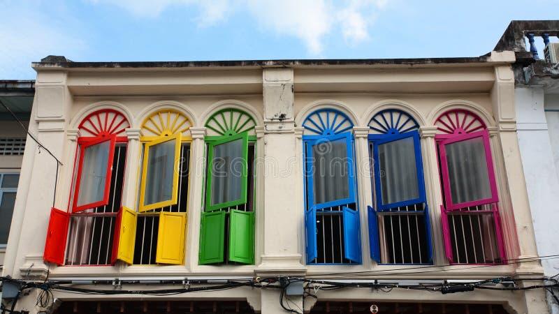 arquitectura colorida del tipo de tela de algodón-Protugese de las ventanas imagenes de archivo