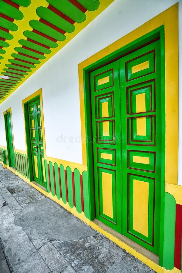 Arquitectura colorida en Filandia, Colombia fotografía de archivo