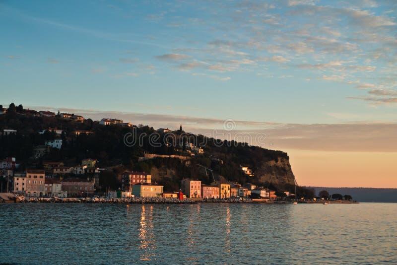 Arquitectura colorida en la puesta del sol, vista panorámica de la bahía de Piran, pequeña ciudad costera en Istria fotografía de archivo libre de regalías