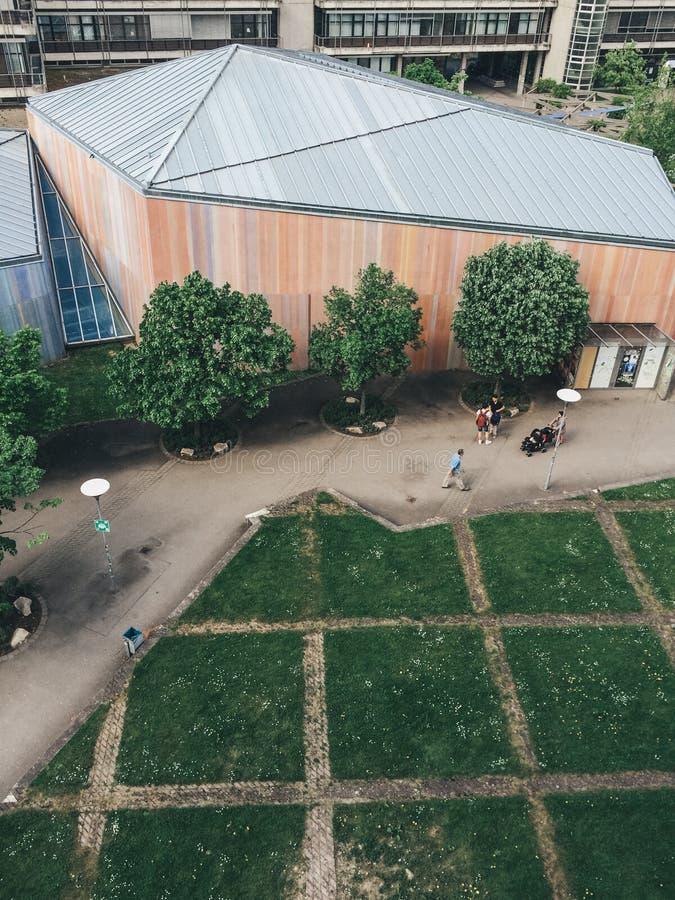 Arquitectura colorida y arrinconada desde arriba con los árboles verdes, hierba saturada imagen de archivo