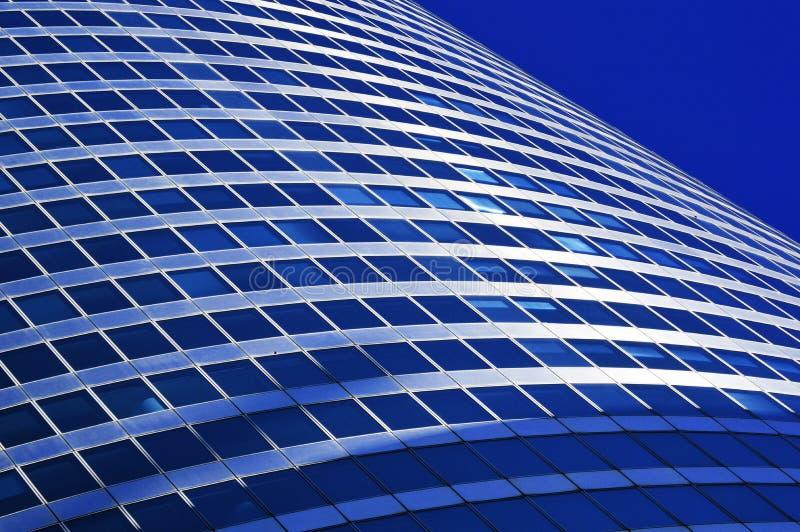 Arquitectura comercial moderna sobre el cielo azul foto de archivo