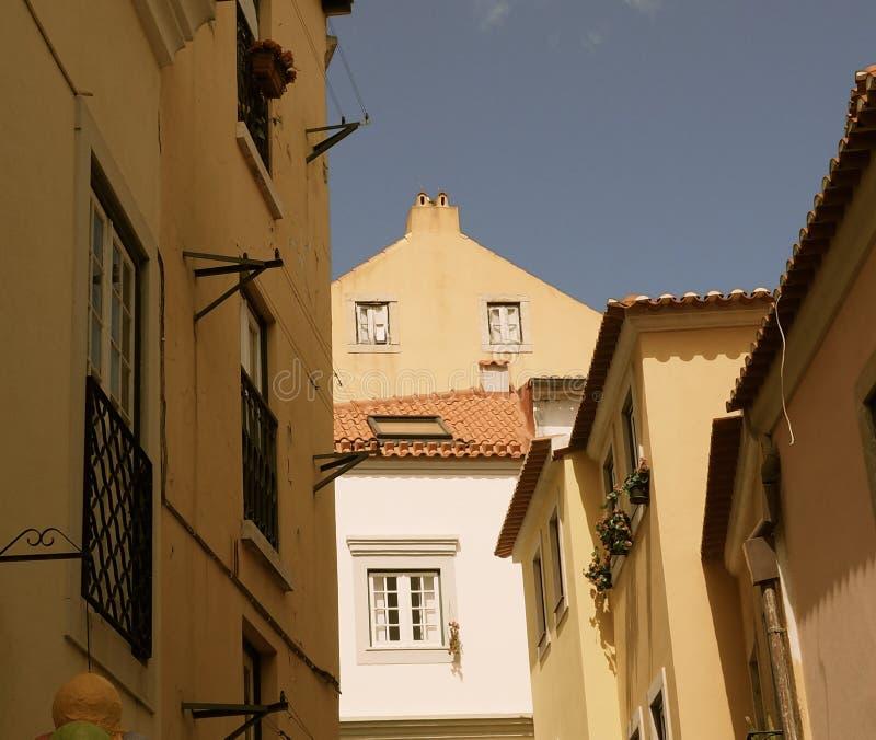 Arquitectura con los tejados tejados en Lisboa Portugal imágenes de archivo libres de regalías