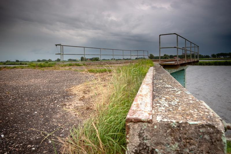 Arquitectura concreta del urbex a lo largo de la costa foto de archivo