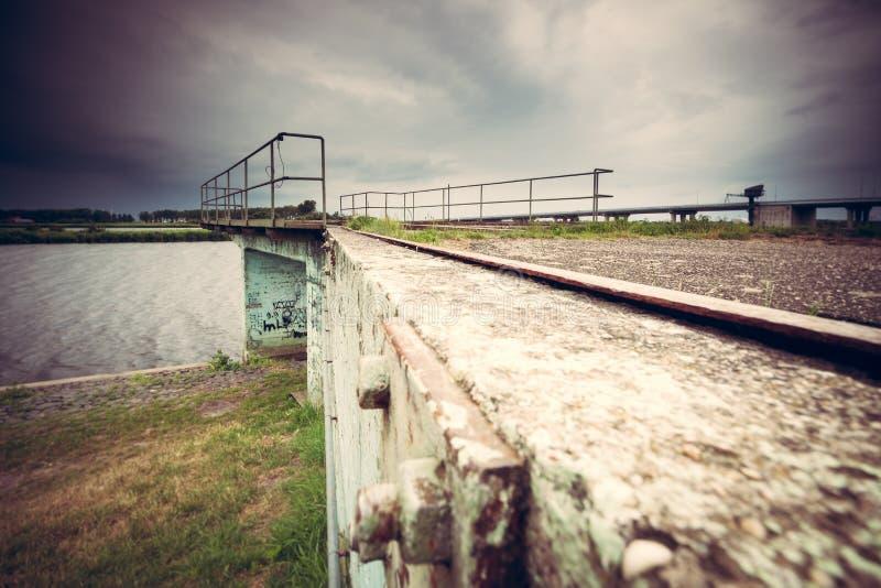 Arquitectura concreta del urbex a lo largo de la costa fotografía de archivo