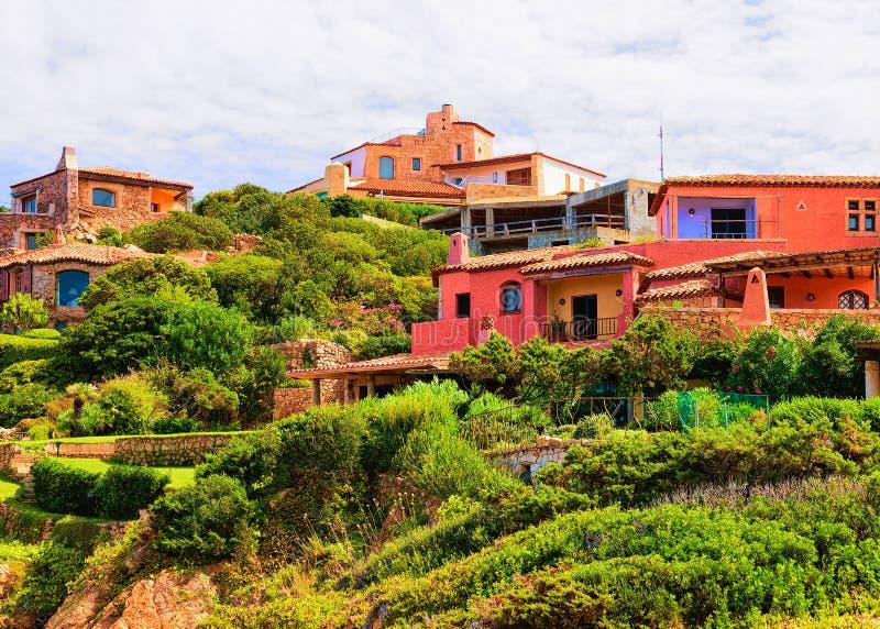 Arquitectura constructiva en el centro turístico Cerdeña Italia Europa de Porto Cervo imagen de archivo libre de regalías