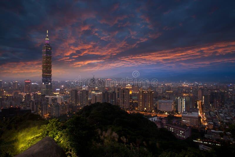 Arquitectura da cidade bonita do por do sol com skyline de Taipei. imagem de stock royalty free