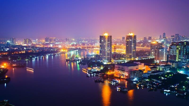 Arquitectura da cidade de Banguecoque no nighttime fotografia de stock