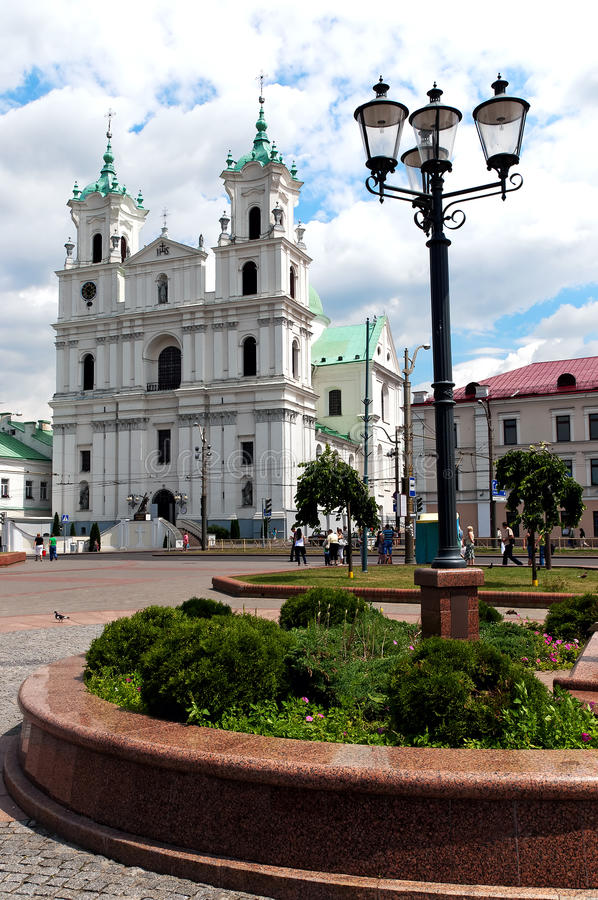 Arquitectura da cidade de Belarus Grodno do dia agradável a catedral fotografia de stock royalty free