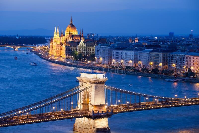 Arquitectura da cidade de Budapest na noite fotos de stock royalty free