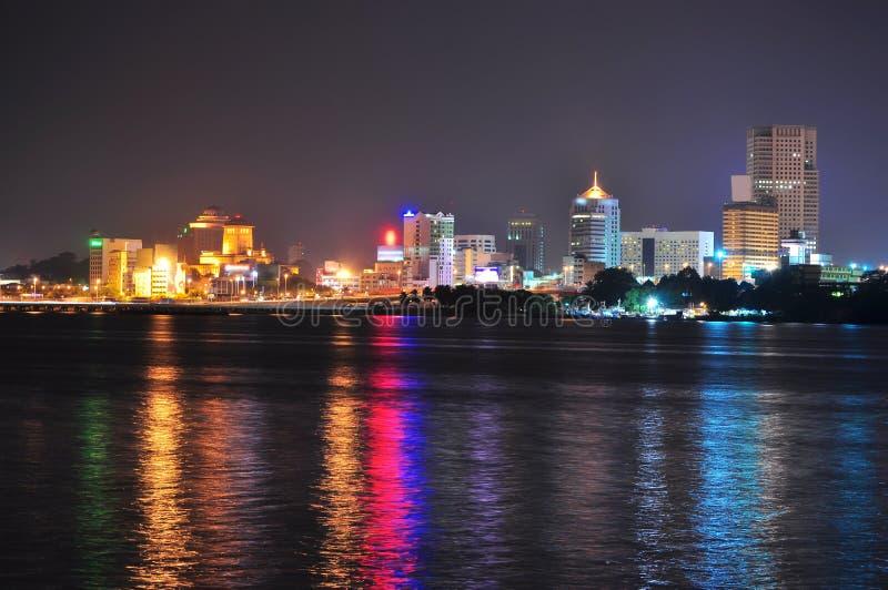 Arquitectura da cidade de Johor Bahru pelo passo de Johore imagens de stock royalty free