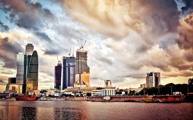 Arquitectura da cidade de Moscovo no por do sol foto de stock