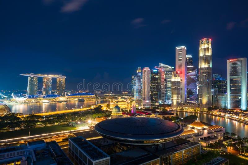 Arquitectura da cidade de Singapore no crep?sculo Paisagem da constru??o do neg?cio de Singapura em torno da ba?a do porto Constr imagens de stock royalty free