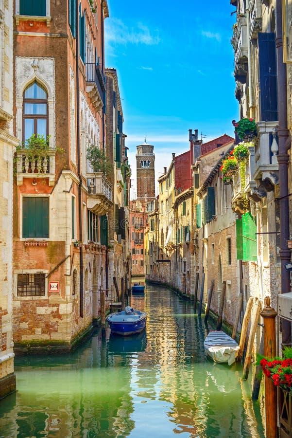 Arquitectura da cidade de Veneza, canal da água, igreja do campanile e construções tradicionais. Itália fotos de stock