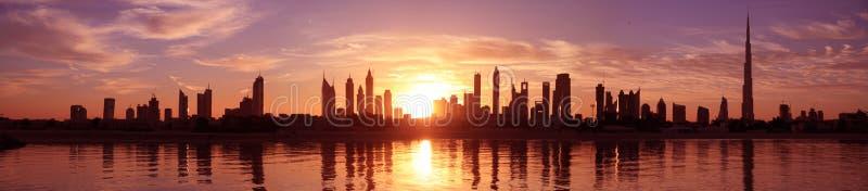 Arquitectura da cidade Dubai, nascer do sol imagens de stock royalty free