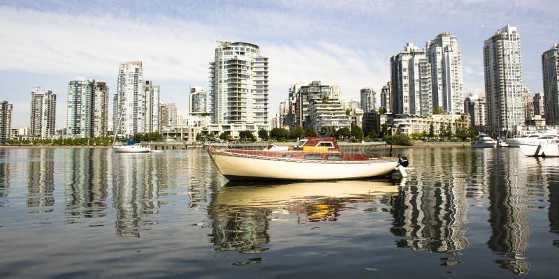 Arquitectura da cidade e barco foto de stock