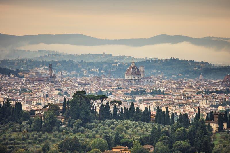 Arquitectura da cidade nevoenta aérea da manhã de Florença. Opinião do panorama do monte de Fiesole, Itália fotos de stock royalty free