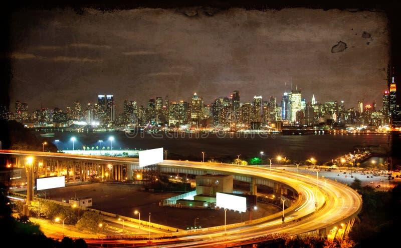 Arquitectura da cidade vibrante do nyc do nighttime, espaço do anúncio foto de stock royalty free