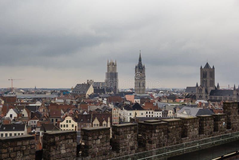 Arquitectura de calles de la ciudad de Gante, Bélgica en día lluvioso imagen de archivo libre de regalías