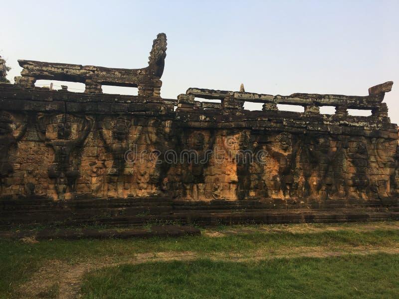Arquitectura de Camboya Bajorrelieve Tallas de Garuda en las paredes a lo largo de la terraza de elefantes Pared que talla en Ang imagen de archivo libre de regalías