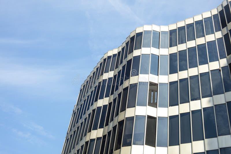 Arquitectura de cristal Fachada moderna del edificio de oficinas en un día soleado foto de archivo libre de regalías