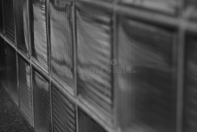 Arquitectura de cristal de la pared de ladrillo y del techo de los detalles de un edificio imagenes de archivo