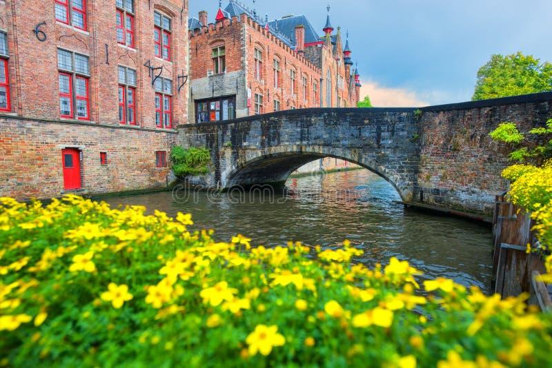 Arquitectura de la ciudad de Brujas, opinión tradicional de las casas sobre el canal imagen de archivo