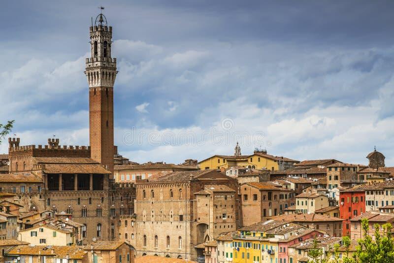 Arquitectura de la ciudad de la tierra de Siena, Italia imagen de archivo