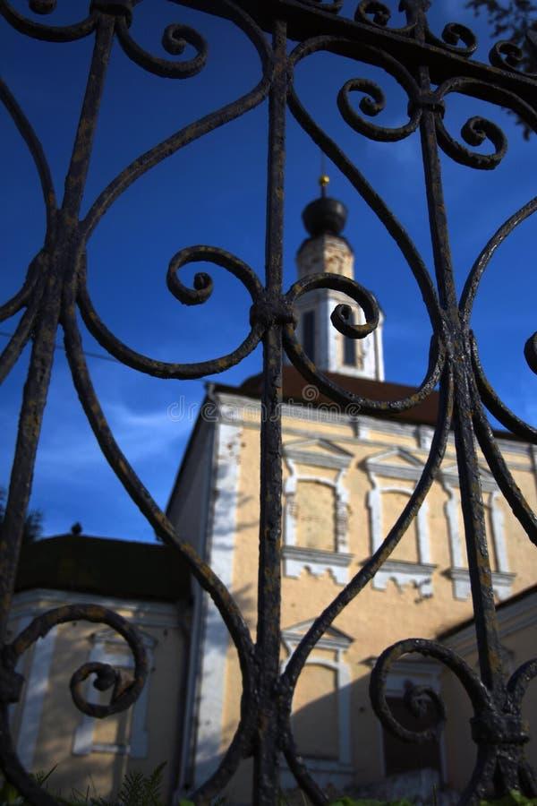 Arquitectura de la ciudad de Vladimir, Rusia A través puertas metálicas vistas iglesia vieja foto de archivo