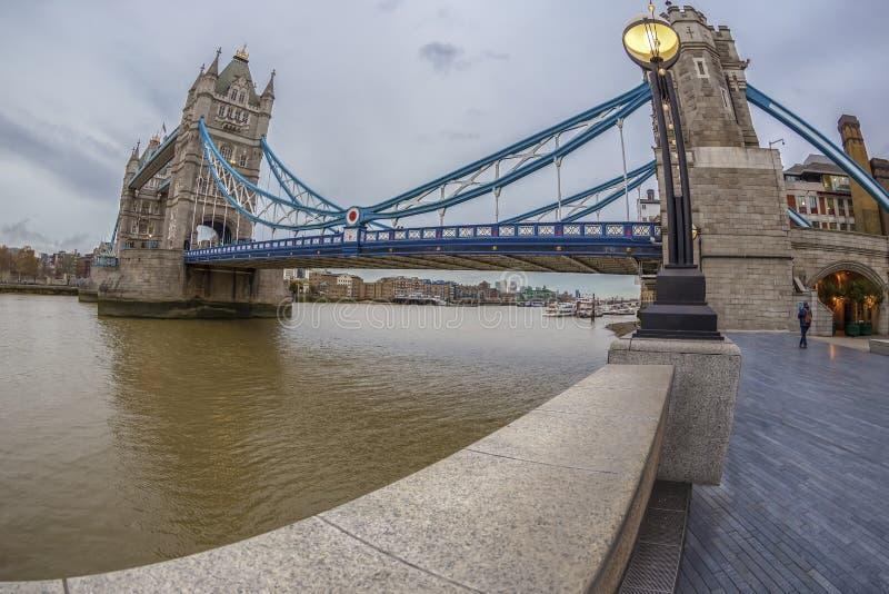 Arquitectura de la opinión de ojo de pescados del puente y de Londres de la torre sobre riv fotografía de archivo