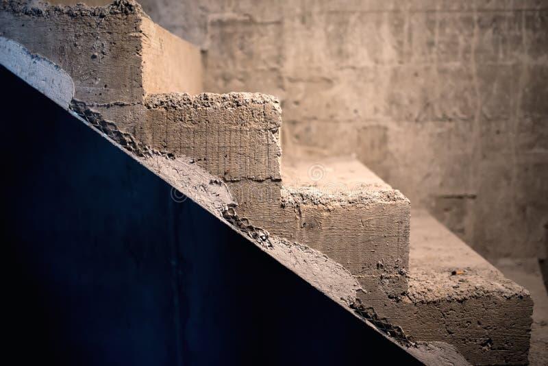 Arquitectura de las escaleras con los elementos simétricos Escalera del hormigón del cemento fotografía de archivo libre de regalías