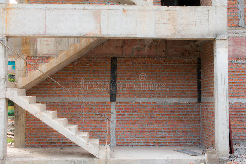 Arquitectura de las escaleras inacabada en el sótano fotos de archivo