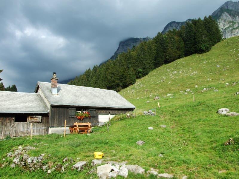 Arquitectura de las montañas y granjas de la región de Obertoggenburg fotografía de archivo libre de regalías