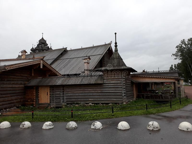 Arquitectura de madera rusa La granja Bogoslovka foto de archivo