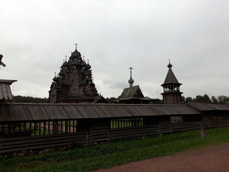 Arquitectura de madera rusa La granja Bogoslovka imágenes de archivo libres de regalías
