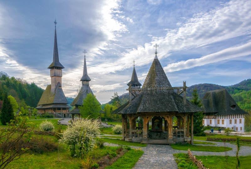 Arquitectura de madera tradicional de Maramures del monasterio de Barsana, Rumania imagenes de archivo