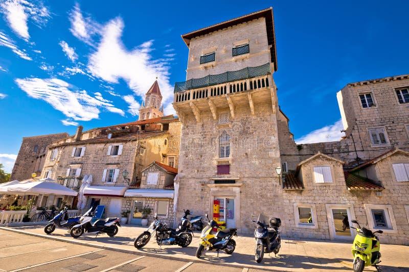 Arquitectura de piedra histórica de la costa de Trogir imagenes de archivo