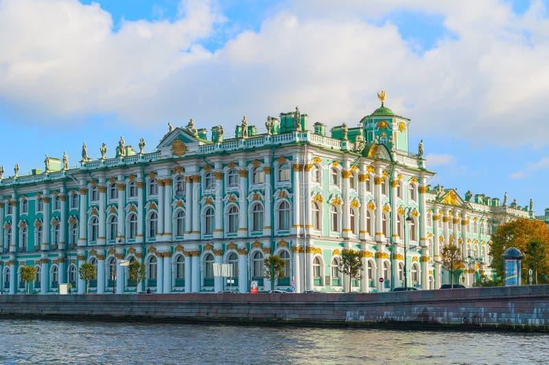 Arquitectura de St Petersburg - ermita o palacio del invierno en el terraplén del río de Neva en St Petersburg, Rusia fotos de archivo libres de regalías