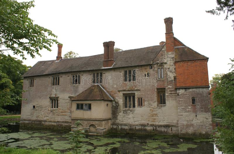 Arquitectura de Tudor Moated imagen de archivo libre de regalías