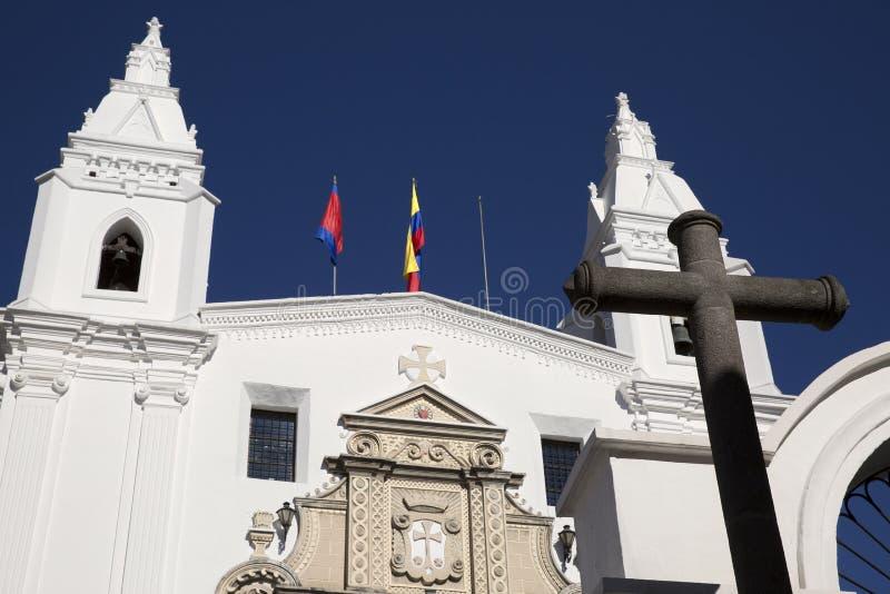 Arquitectura del centro histórico de Quito Iglesia de la jesuita del La Compania y de banco Ecuador imagenes de archivo