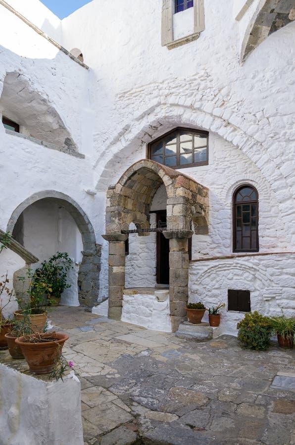Arquitectura del monasterio de San Juan el teólogo en la isla de Patmos, Dodecanese, Grecia imagenes de archivo