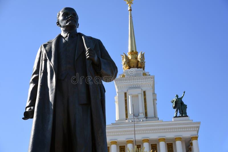 Arquitectura del parque de VDNKH en Mosc? Monumento a Vladimir Lenin y al número principal 0ne del pabellón fotos de archivo