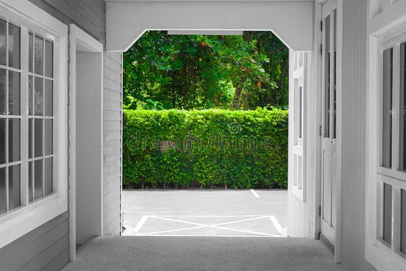Arquitectura del túnel del camino o de la calzada a través hacia fuera para vaciar el estacionamiento del coche imagen de archivo libre de regalías