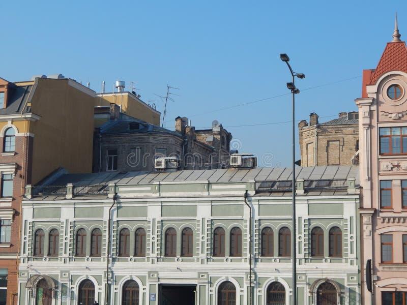 Arquitectura en las fachadas de la ciudad de edificios imagen de archivo libre de regalías