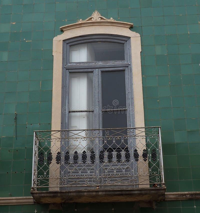 Arquitectura en Tavira Portugal con un edificio verde fotografía de archivo libre de regalías
