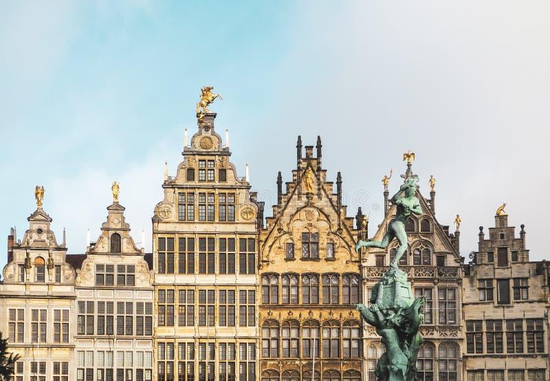 Arquitectura flamenca tradicional en Bélgica - ciudad de Amberes fotografía de archivo