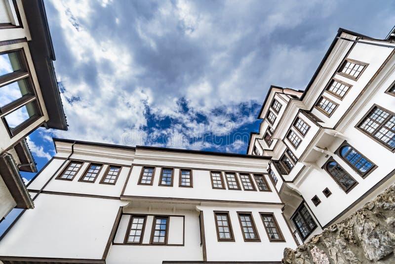 Arquitectura genérica de la casa tradicional del Urania en la ciudad vieja de Ohrid en Macedonia foto de archivo
