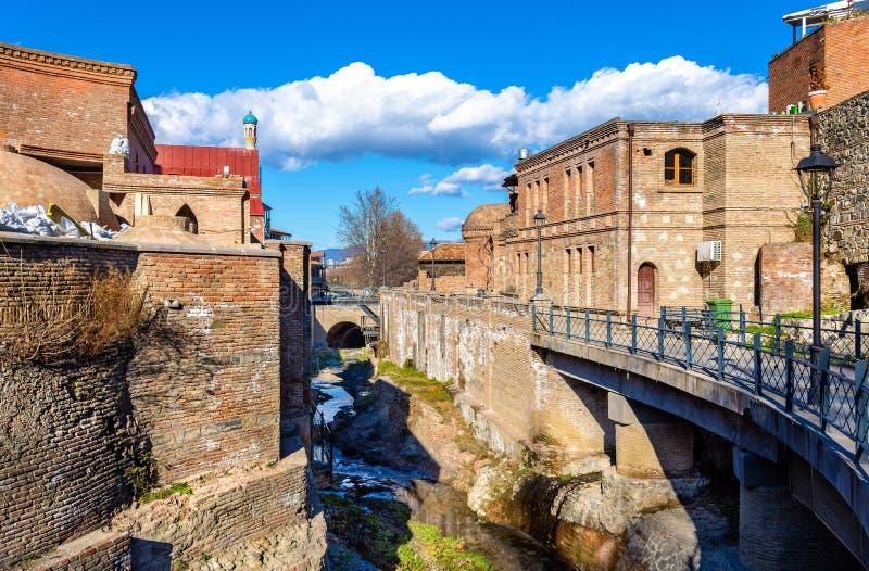 Arquitectura georgiana tradicional en la ciudad vieja de Tbilisi foto de archivo libre de regalías